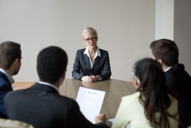 zeigt Ältere Frau in einer Bewerbungssituation