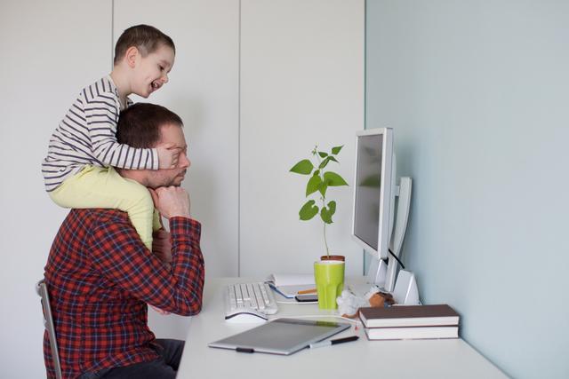 zeigt einen Vater im Home Office