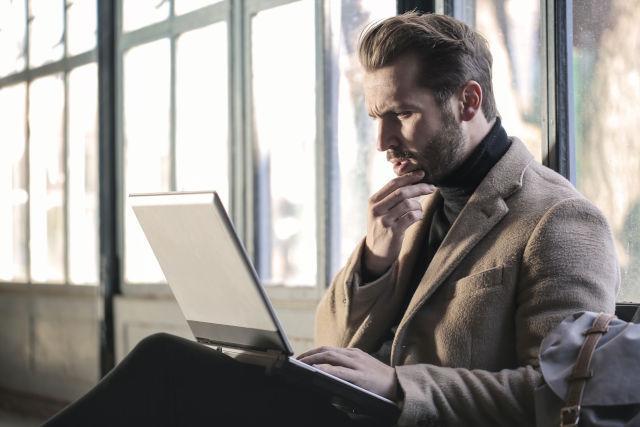 zeigt einen -Mann auf der Suche nach einem Businesscoach
