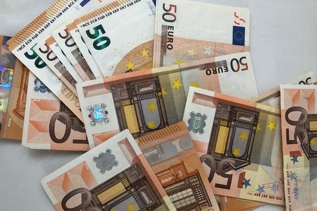 zeigt 50 Euroscheine