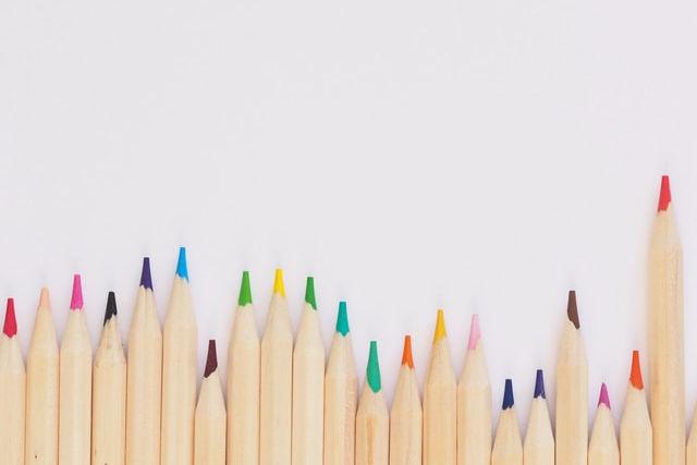 zeigt bunte Stifte