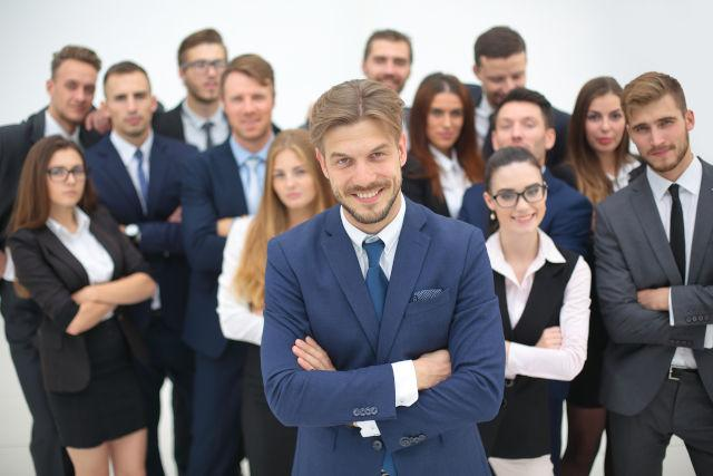 zeigt einen Chef mit großem Team