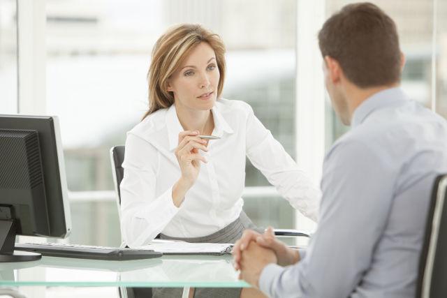 zeigt eine Führungskraft im Gespräch