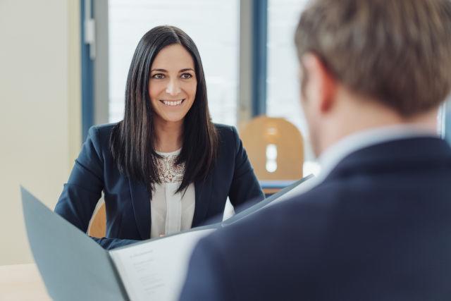 eine Frau im Bewerbungsgespräch