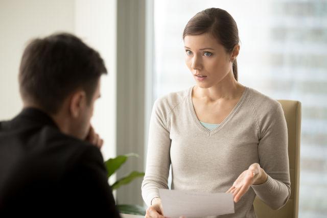 eine Frau führt ein unangehnemes Gespräch