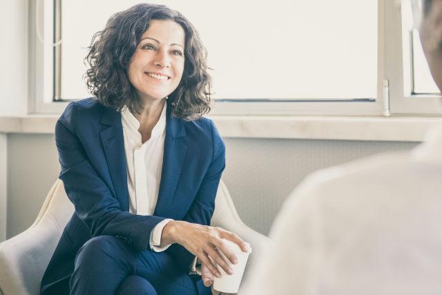 zeigt eine Frau im Bewerbungsgespräch