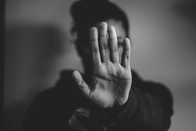 Frau deutet mit der Hand Stop